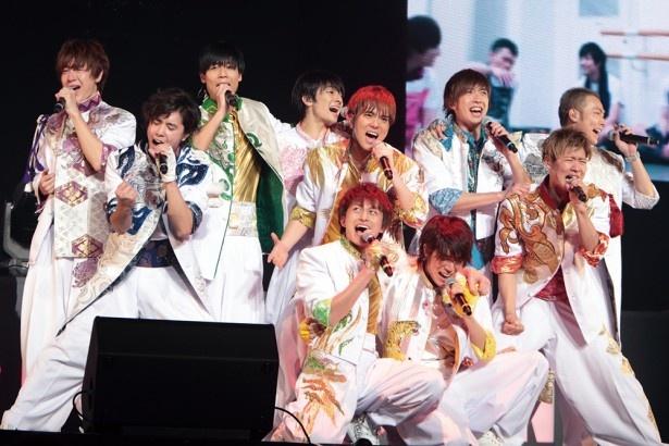 メンバーが涙で熱唱した、あの日本武道館ライブを振り返る密着レポも掲載