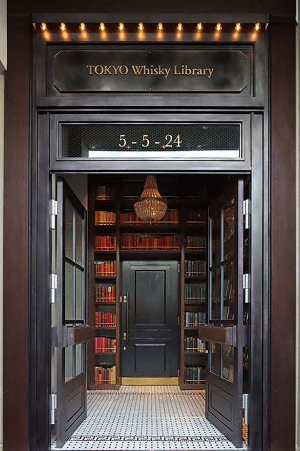 【写真を見る】TOKYO Whisky Libraryでは、図書館の本のようにウィスキーが敷き詰められた圧倒的な空間が広がる